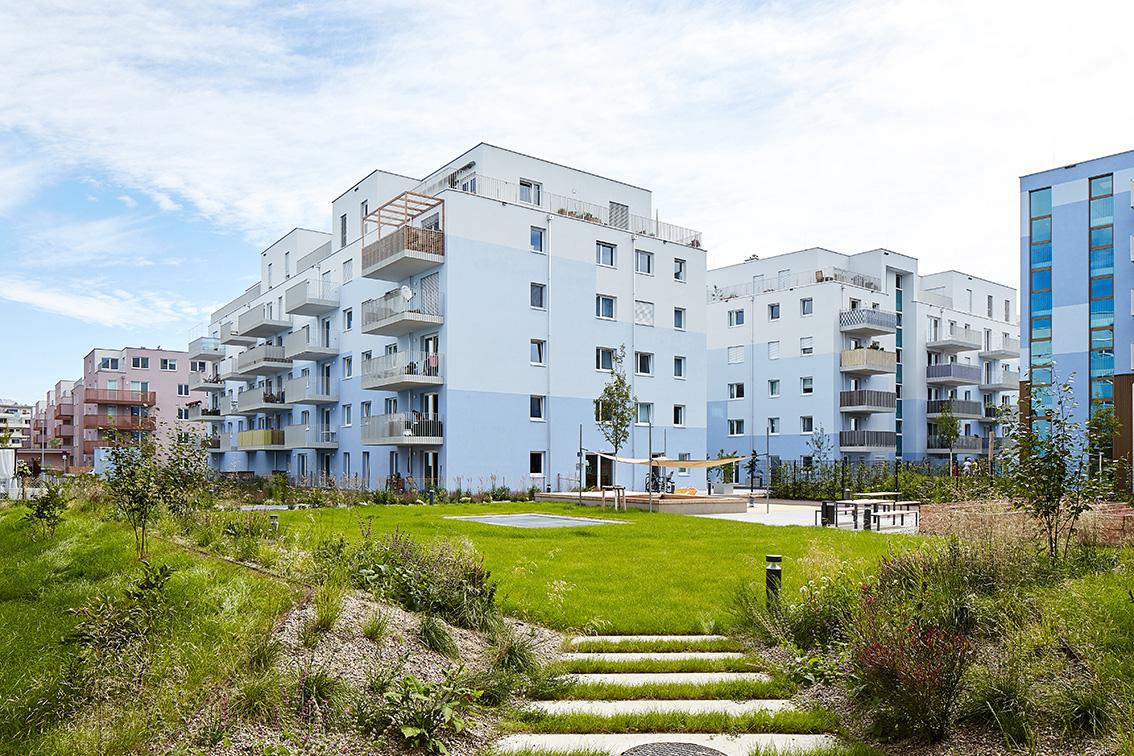 pohľad na moderné mestské bývanie Schichtgründe vo Viedni obklopené zeleným parkom vhodné pre rodiny s deťmi