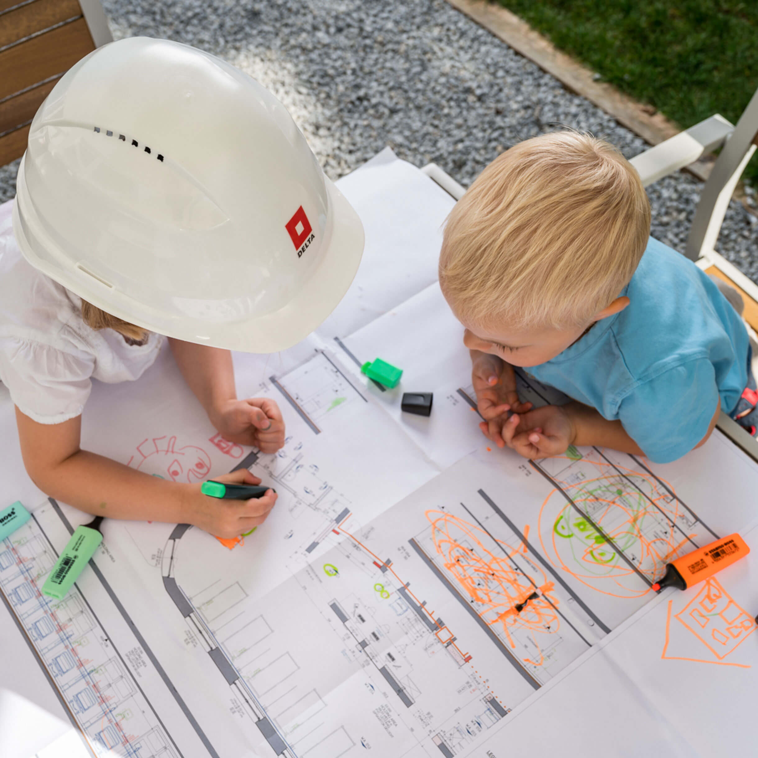 Kinder beim Plan zeichnen