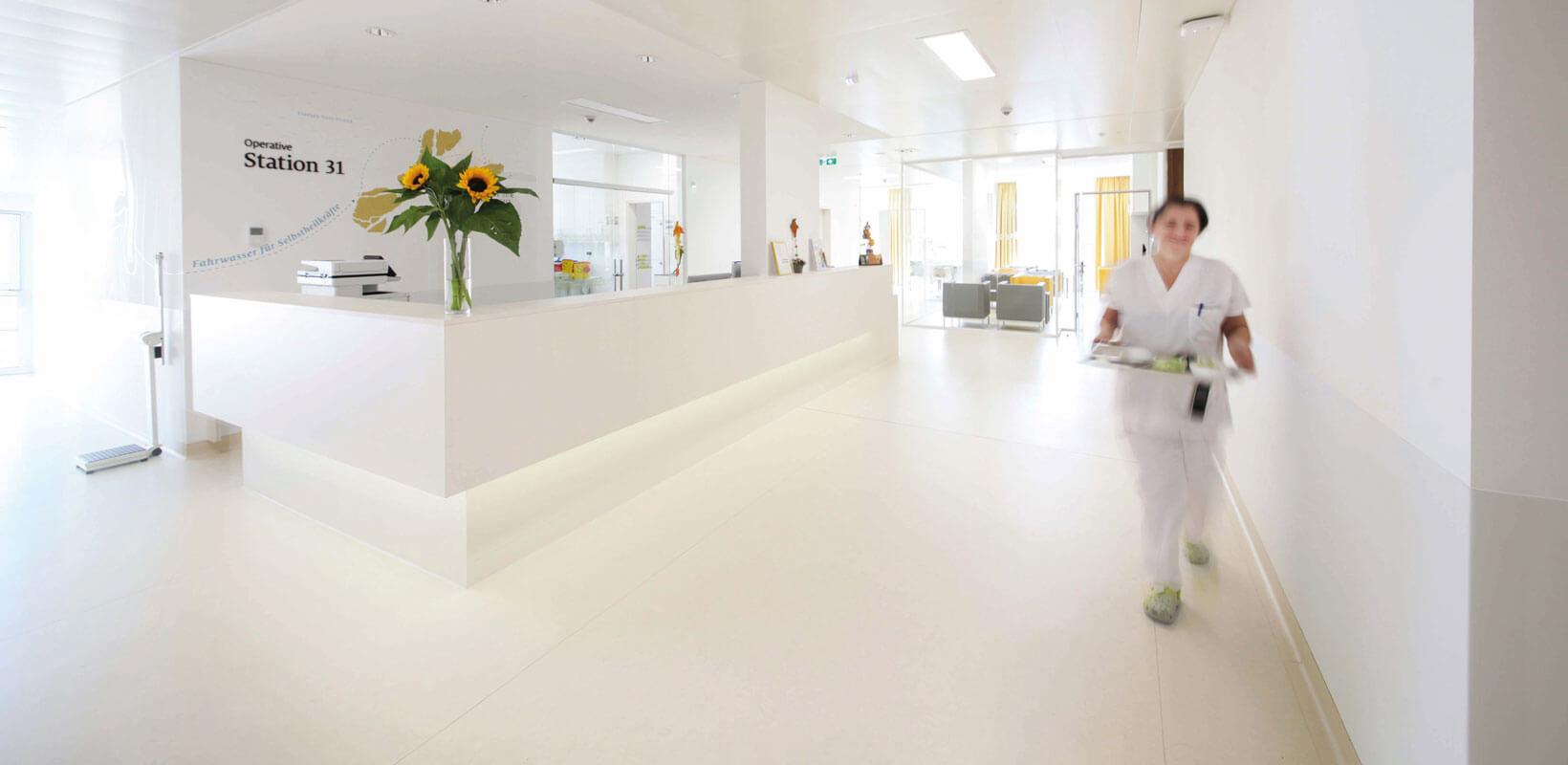 Nemocnica svätého Jozefa vo Viedni – projektový management DELTA - sestrička kráčajúca chodbou pri recepcii