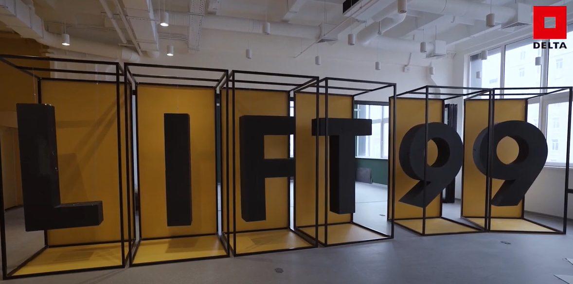 zobrazenie vnútorného coworkingového priestoru administratívnej budovy s nápisom LIFT 99