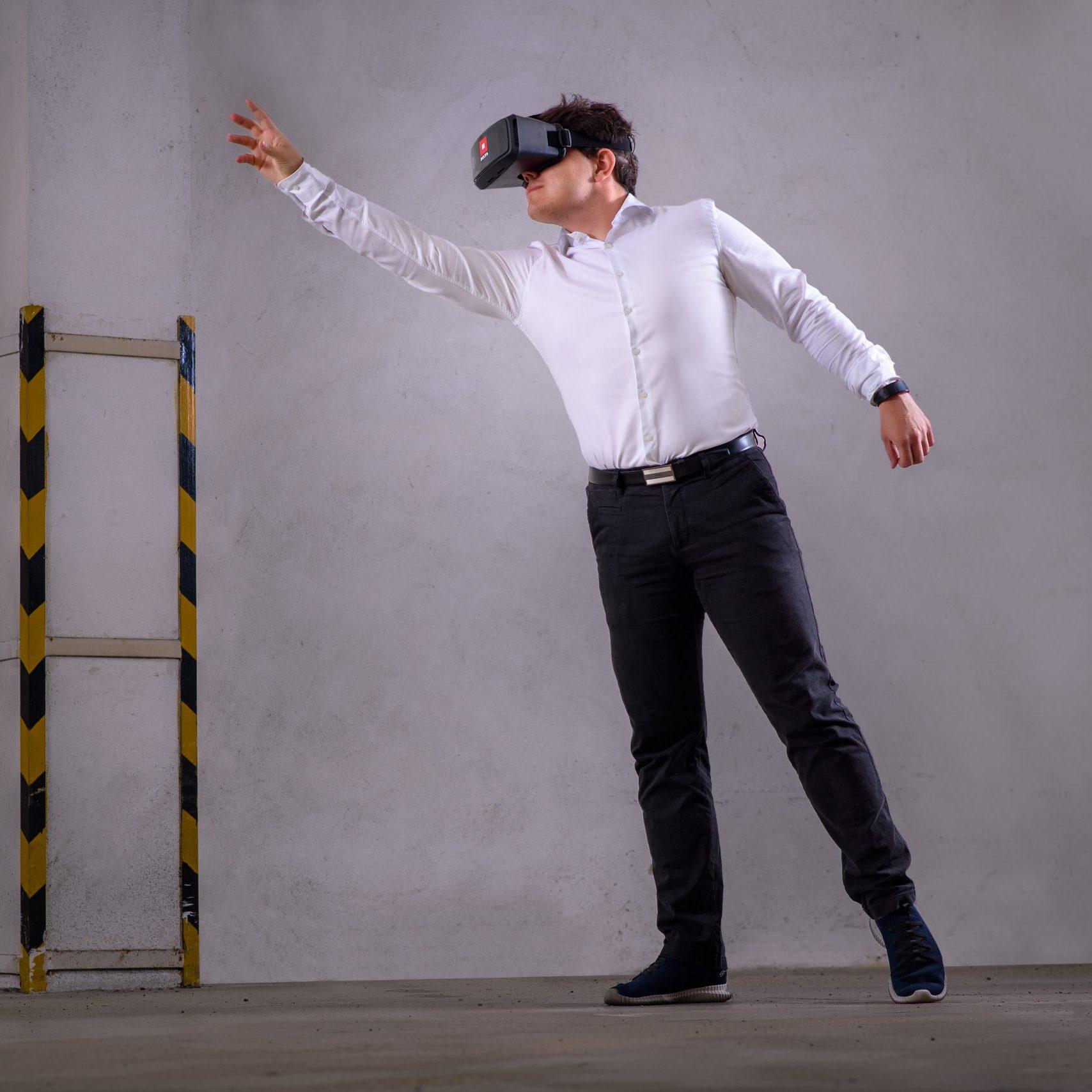 Muž v 3D okuliaroch pre virtuálnu realitu