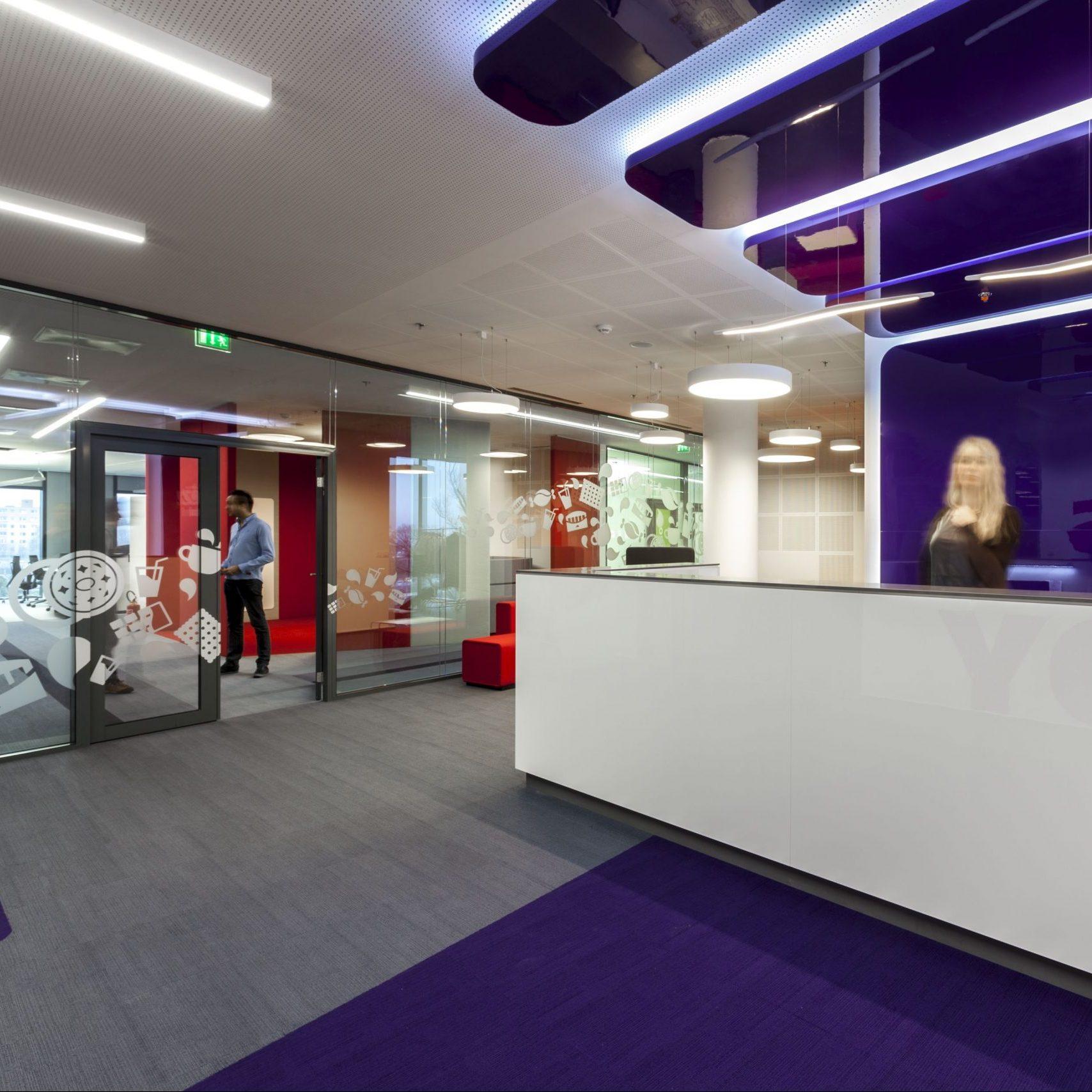 recepcia modernej administratívnej budovy